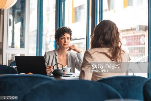 estrés en la reunión de negocios - fake news fotografías e imágenes de stock