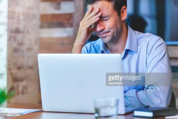 stressed business man at the office. - errore foto e immagini stock