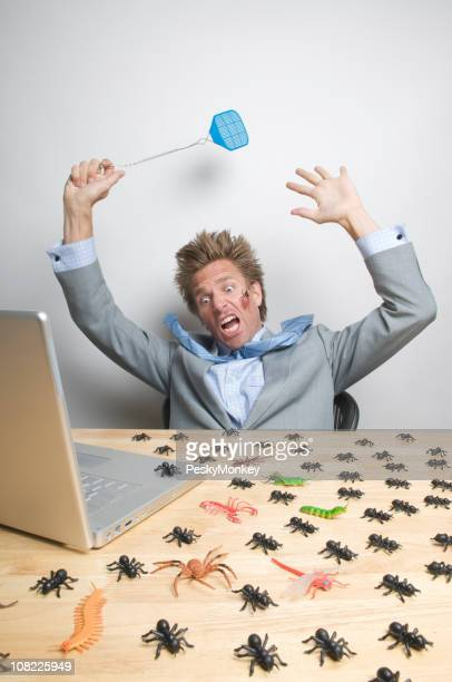 Betonte Geschäftsmann ist angegriffen Insekten auf Laptop-Computer