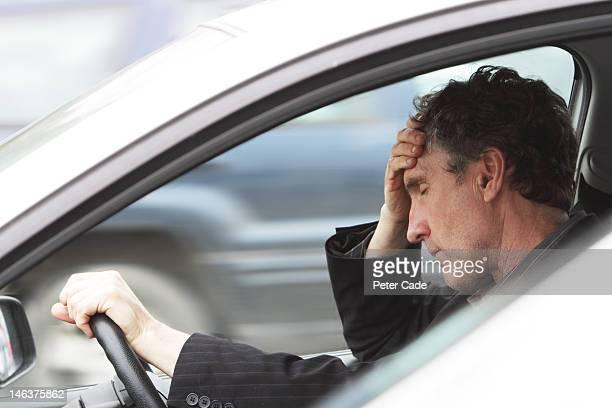 stressed man in car - overwerkt stockfoto's en -beelden