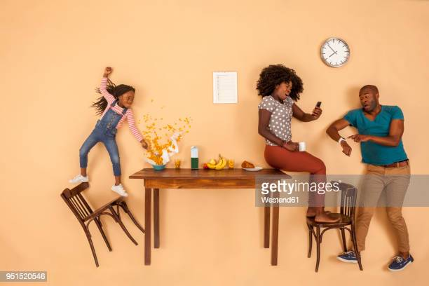 stressed out family having breakfast in the kitchen - dringendheid stockfoto's en -beelden
