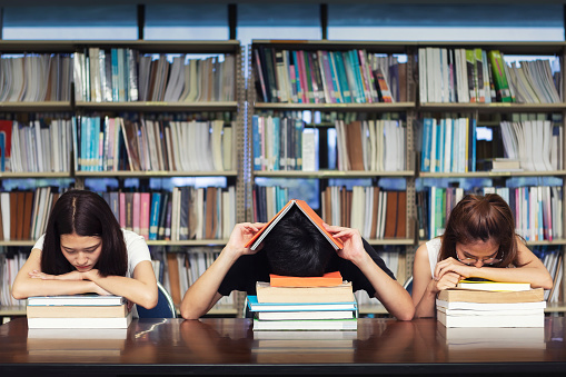 Stressed student in library. - gettyimageskorea