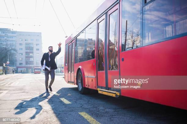 Stressigen Momente. Geschäftsleute, die versuchen, den Bus zu erwischen