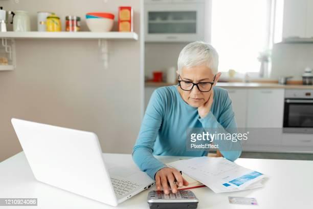 sottolineando il suo budget mensile - fondo pensionistico personale foto e immagini stock