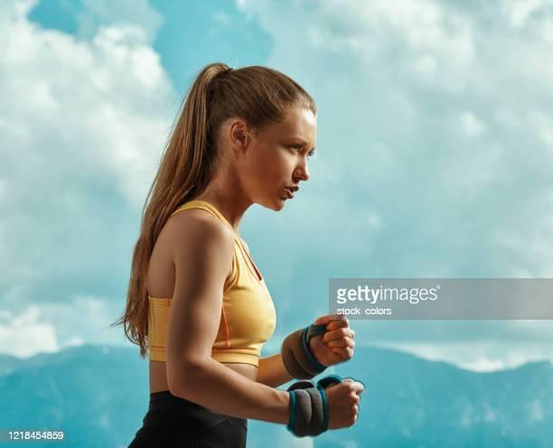 ejercicios de cuerda elástica - árbitro deportes fotografías e imágenes de stock