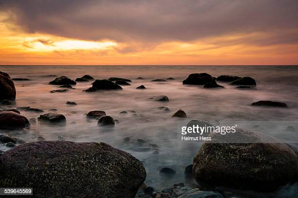 stretch of coast with rocks just before sunset, near ahrenshoop, fischland, mecklenburg-western pomerania, germany - fischland darss zingst photos et images de collection