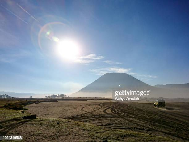stretch of sand and sunlight on the top of mount bromo - bromo tengger semeru national park stock pictures, royalty-free photos & images