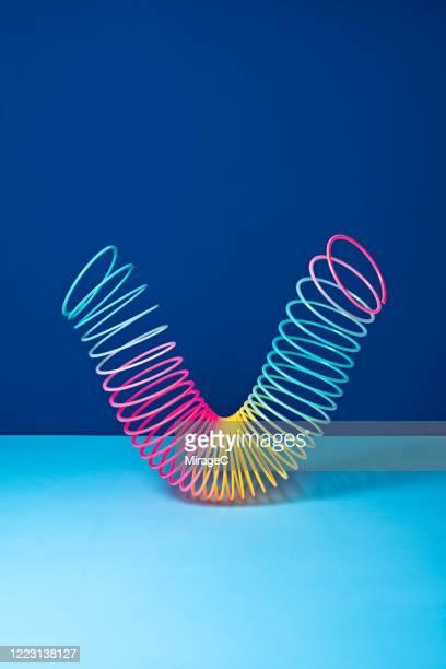 stretched coil spring toy - espiral de metal - fotografias e filmes do acervo