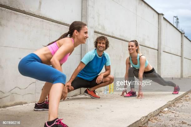 Stretching nach dem Training im Sommer