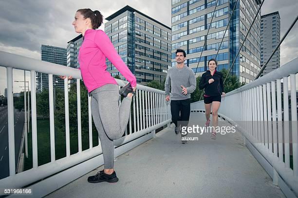 Étirements et courir dans la ville