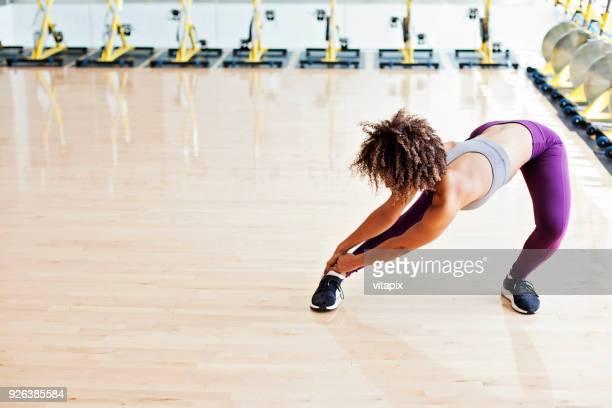 stretching vor dem training - junge frau strumpfhose stock-fotos und bilder