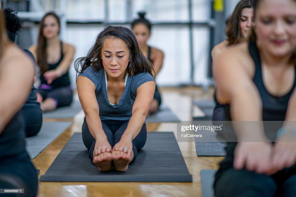 Stretching im Fitness-Studio : Stock-Foto