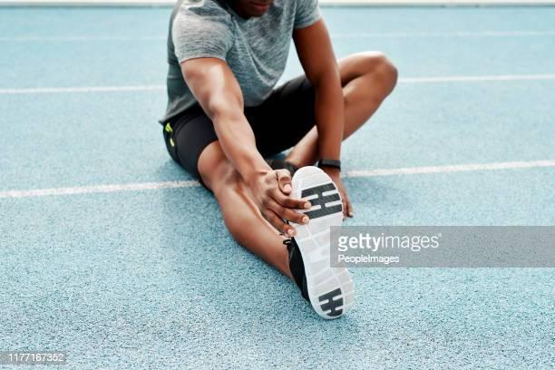 stretching is een essentieel onderdeel van de oefening - strekken stockfoto's en -beelden
