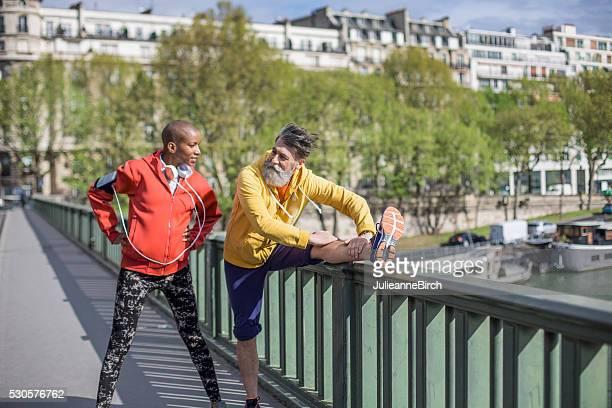dehnen vor dem lauf, paris - glattrasiert frau stock-fotos und bilder