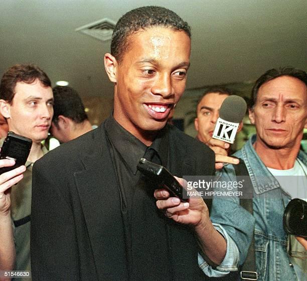 Striker of the Brazilian soccer team Ronaldinho Gaucho leaves the hotel where his team is staying in Sao Paulo 23 April 2000 El atacante de la...