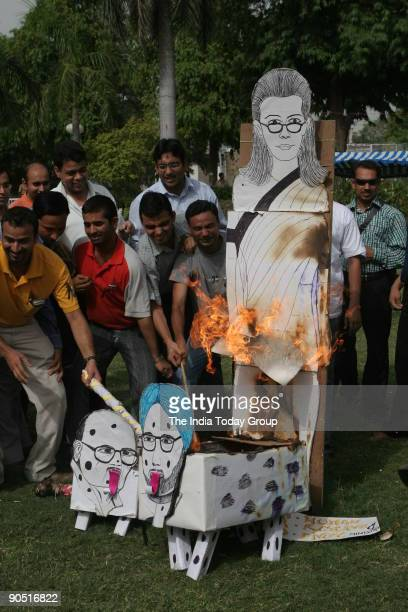 Striking doctors at AIIMS burning effigy of Prime Minister Manmohan Singh Sonia Gandhi and HRD minister Arjun Singh during the antireservation protest