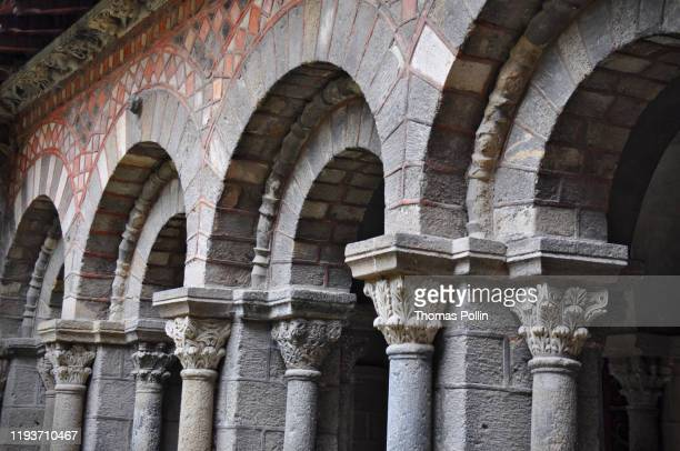 striking parti-colored cloister in le puy-en-velay cathedral - auvergne rhône alpes stock pictures, royalty-free photos & images