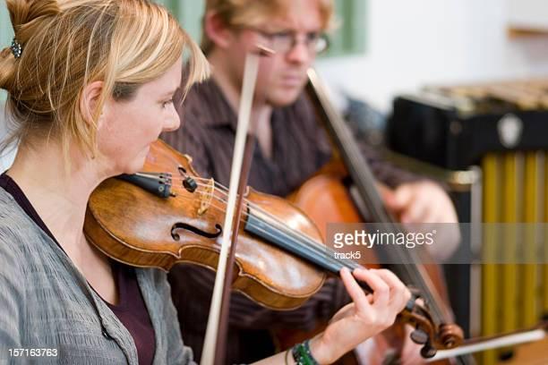 ストリングのデュエットのバイオリンとチェロのリハーサルにスナップ
