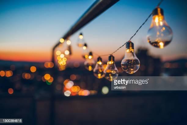 夕暮れ時の弦電球 - light natural phenomenon ストックフォトと画像