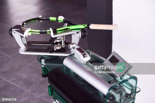 stringing machine - raquette de tennis photos et images de collection