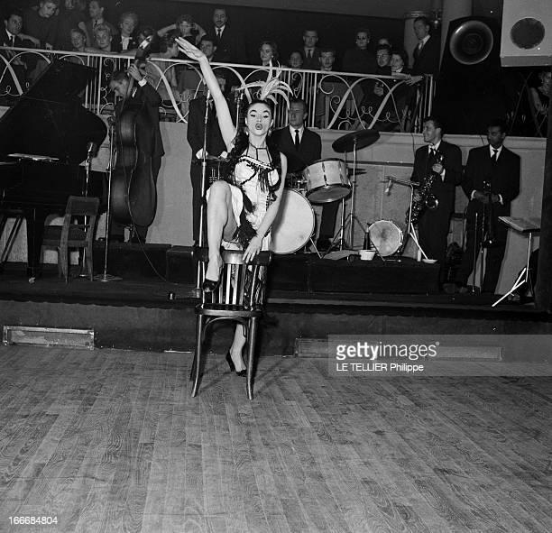 Striptease In A Cabaret In Paris France Paris dans les années 5060 dans un cabaret parisien une jeune danseuse fait un numéro de striptease...