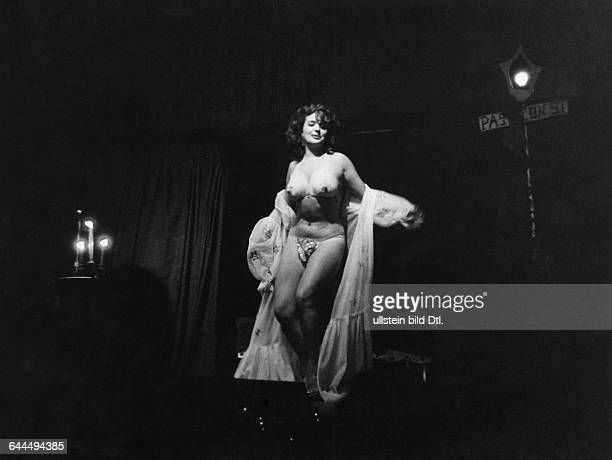 Striptease in a night club in New Orleans Vintage property of ullstein bild