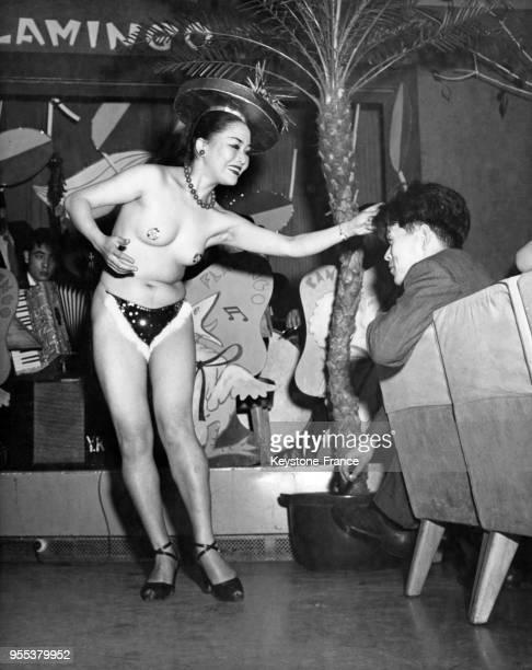 Stripteaseuse dansant dans une boite de nuit à Tokyo, Japon.