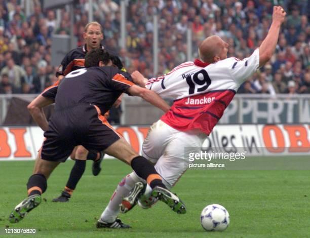 Stürmer Carsten Jancker vom FC Bayern München wird vom Bremer Abwehrspieler Jens Todt am 1261999 im 56 DFBPokalfinale im Berliner Olympiastadion...