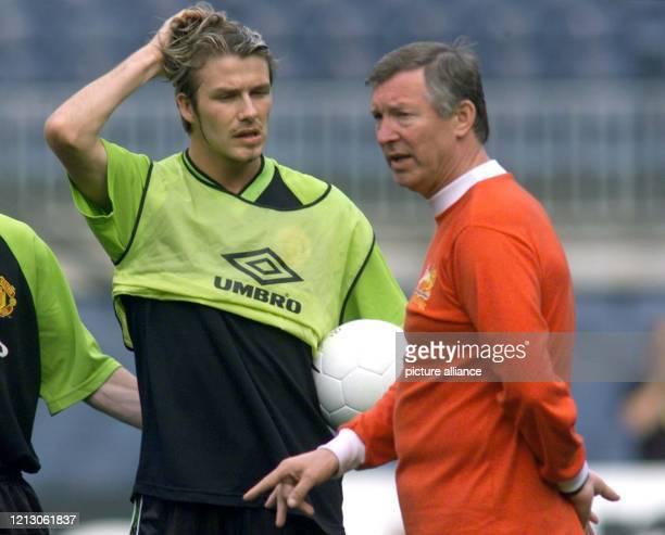 StürmerStar David Beckham von Manchester United unterhält sich am mit seinem Trainer Alex Ferguson während des Trainings im Nou Camp Stadion in...