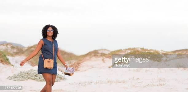 promenade sur la plage - mini robe photos et images de collection