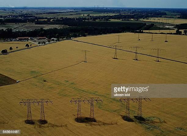 Strommasten bei Vetschau Im Hintergrund das Kraftwerk LübbenauLuftaufnahme 1993LdM