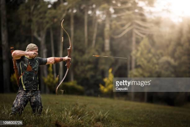 seta de fogo forte arqueiro - arco arco e flecha - fotografias e filmes do acervo