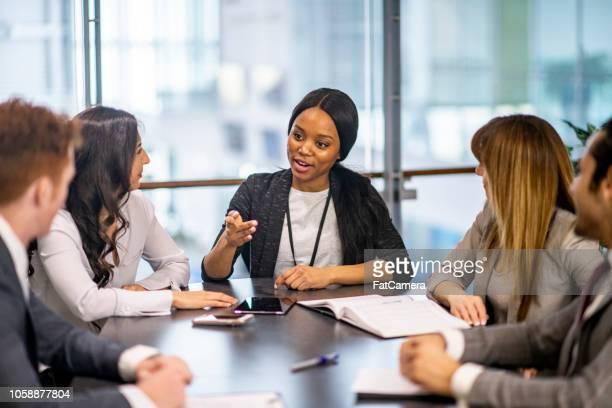 ejecutivo mujer fuerte - igualdad de genero fotografías e imágenes de stock