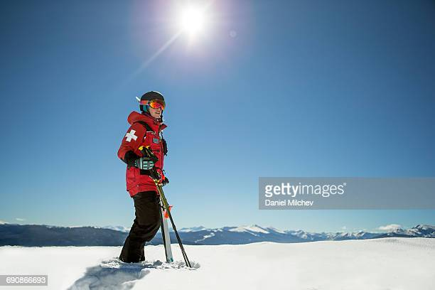 strong female ski patrol on top of a mountain. - 日赤スキーパトロール ストックフォトと画像