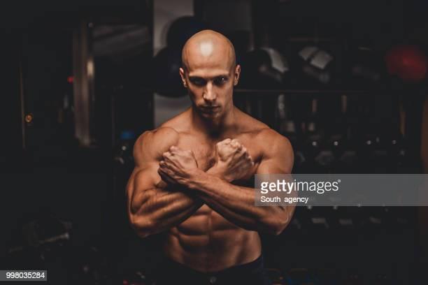強い男性 - 6缶パック ストックフォトと画像
