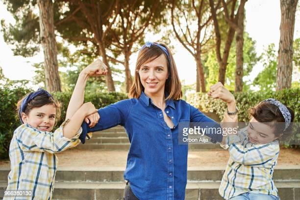 starke mutter beugen, arme - frauenpower - frauenpower stock-fotos und bilder
