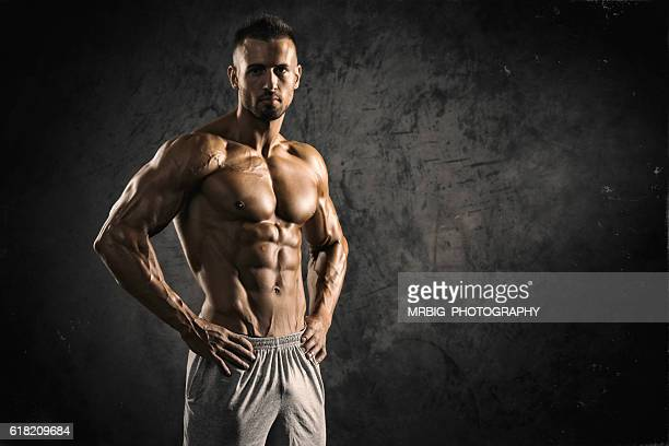 strong muscular men - bovenlichaam stockfoto's en -beelden