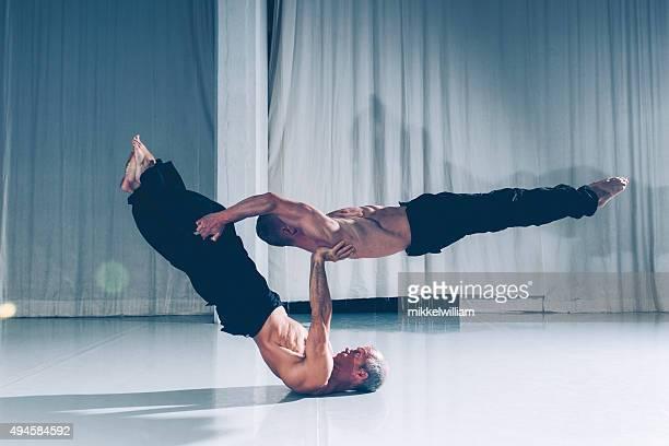 Starke Zusammenarbeit mit zwei Akrobaten unterstützen einander