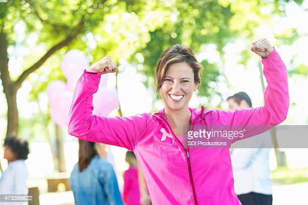 starke frau, die sich für die aufklärung über brustkrebs charity-rennen - überleben stock-fotos und bilder