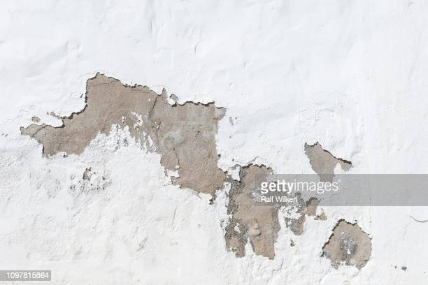 strongly weathered white painted wall, punta mujeres, lanzarote, canary islands, spain - mujeres fotos stockfoto's en -beelden