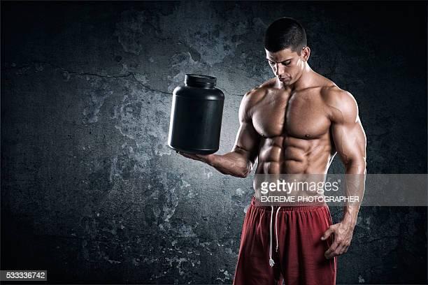 Homem forte com pode de complementos alimentares
