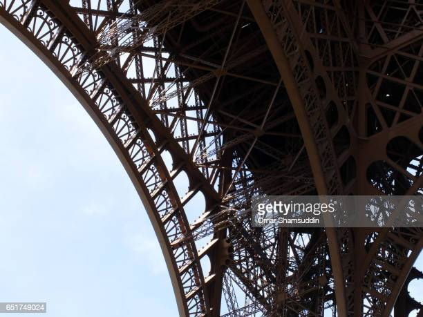 structural detail of eiffel tower - omar shamsuddin stock pictures, royalty-free photos & images