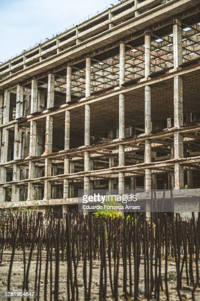 structure of the dâmbovița center (also named casa radio), an abandoned and unfinished building in downtown bucharest - casa stockfoto's en -beelden