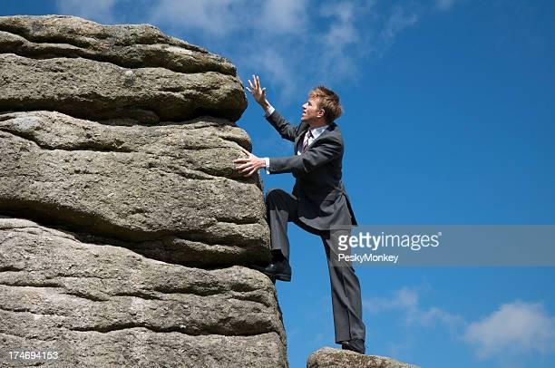 Schwierigkeiten Geschäftsmann, wenn Sie oben auf dem Berg