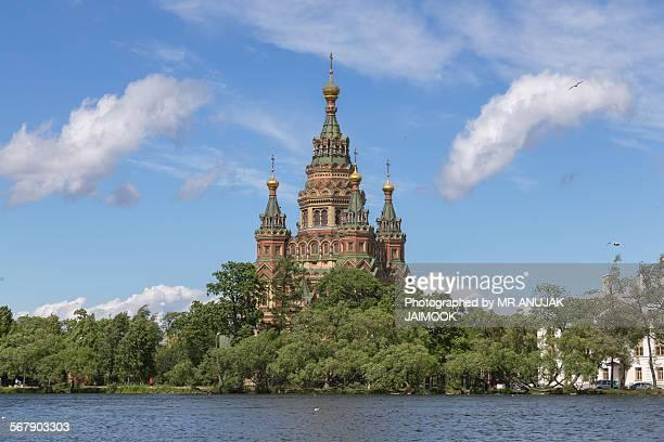 sts. peter and paul cathedral in petergof - groot paleis peterhof stockfoto's en -beelden