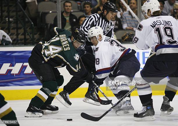 Stu Barnes of the Dallas Stars faces off against Jan Bulis of the Vancouver Canucks during game three of the 2007 NHL Western Conference...