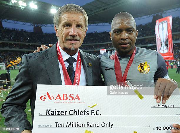 Stuart Baxter and Itumeleng Khune with the winnings during the Absa Premiership match between University of Pretoria and Kaizer Chiefs at Mbombela...