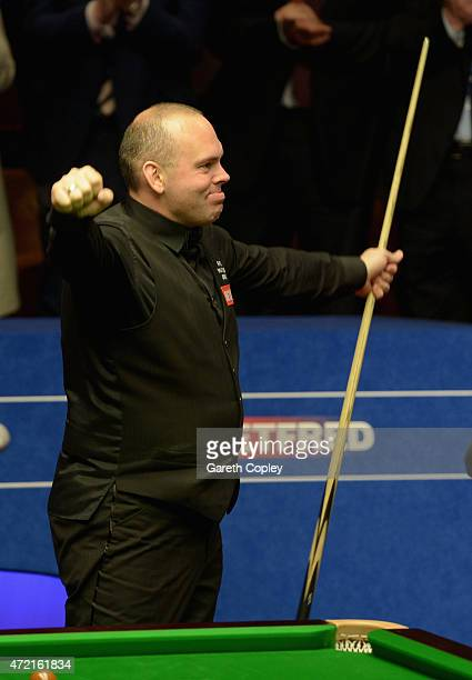 Stuart Bingham celebrates beating Shaun Murphy in the final of the 2015 Betfred World Snooker Championship at Crucible Theatre on May 4 2015 in...