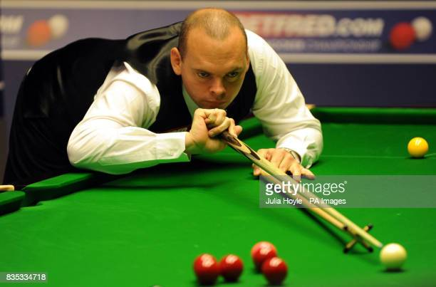Stuart Bingham in action against Ronnie O'Sullivan during the Betfredcom World Snooker Championship at The Crucible Theatre Sheffield