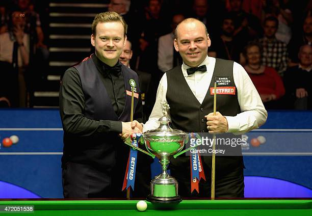 Stuart Bingham shakes hands with Shaun Murphy ahead of the final of the 2015 Betfred World Snooker Championship at Crucible Theatre on May 3 2015 in...